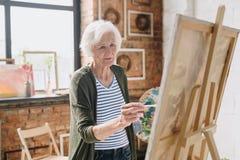 Hogere Vrouw het Schilderen Beelden in Art Studio royalty-vrije stock afbeelding