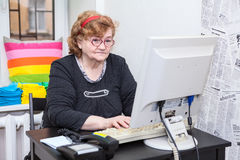 Hogere vrouw het typen toetsenbordknoop op computerstootkussen Royalty-vrije Stock Afbeeldingen