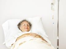 Hogere Vrouw in het Ziekenhuis Royalty-vrije Stock Foto's