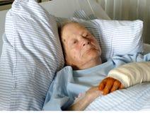 Hogere vrouw in het ziekenhuis Stock Foto