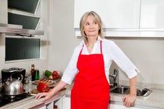 Hogere vrouw in keuken royalty-vrije stock fotografie