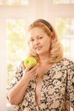 Hogere vrouw met appel Royalty-vrije Stock Afbeelding