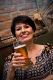 Hogere vrouw met bier Royalty-vrije Stock Afbeeldingen