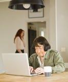 Hogere vrouw met computer Stock Foto