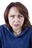 Hogere vrouw met een boze uitdrukking Stock Foto's