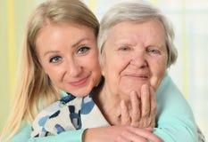 Hogere vrouw met haar caregiver Stock Fotografie