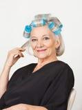Hogere Vrouw met Haarkrulspelden stock afbeelding