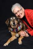 Hogere vrouw met hond Stock Fotografie
