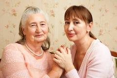 Hogere vrouw met hun verzorger thuis royalty-vrije stock fotografie