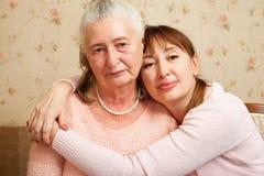 Hogere vrouw met hun verzorger thuis royalty-vrije stock foto