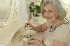 Hogere vrouw met juwelendoos royalty-vrije stock fotografie