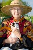 Hogere vrouw met katje. Royalty-vrije Stock Afbeeldingen