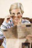 Hogere vrouw met krant Royalty-vrije Stock Afbeelding