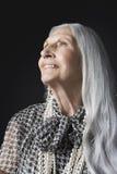 Hogere Vrouw met Lang Gray Hair Looking Up Stock Fotografie