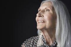 Hogere Vrouw met Lang Gray Hair Looking Up Stock Foto