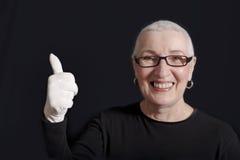 Hogere vrouw met omhoog duimen Royalty-vrije Stock Foto