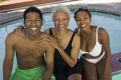 Hogere vrouw met paar bij zwembad Royalty-vrije Stock Fotografie