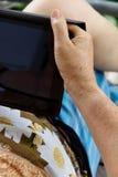 Hogere vrouw met tablet Stock Afbeeldingen