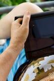 Hogere vrouw met tablet Royalty-vrije Stock Foto's