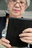 Hogere vrouw met tablet Stock Foto's