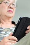 Hogere vrouw met tablet Royalty-vrije Stock Foto