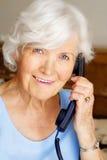Hogere vrouw met telefoon Royalty-vrije Stock Foto's