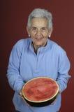 Hogere vrouw met watermeloen Stock Foto
