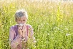 Hogere vrouw met zakdoek in het gras royalty-vrije stock foto's