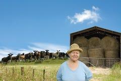Hogere vrouw op een landbouwgrond Royalty-vrije Stock Foto's