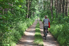 Hogere vrouw op fiets Stock Afbeelding
