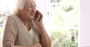 Hogere vrouw op telefoongesprek stock video