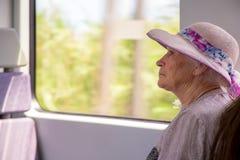 Hogere vrouw op treinreis stock fotografie