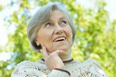Hogere vrouw in park Royalty-vrije Stock Afbeeldingen