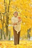 Hogere vrouw in park Stock Afbeelding