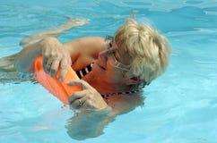 Hogere vrouw in pool Stock Foto