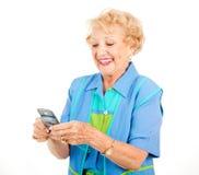 Hogere Vrouw - Pret Texting stock afbeelding