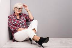 Hogere vrouw in vrijetijdskleding Stock Foto