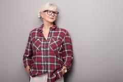 Hogere vrouw in vrijetijdskleding Royalty-vrije Stock Afbeelding