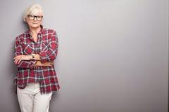 Hogere vrouw in vrijetijdskleding Royalty-vrije Stock Foto's