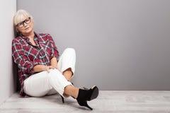 Hogere vrouw in vrijetijdskleding Stock Afbeeldingen
