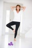 Hogere vrouw in yogapositie Stock Foto's