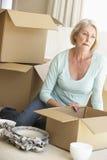 Hogere Vrouw zich en Verpakkingsdozen die naar huis bewegen Stock Afbeeldingen