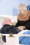 Hogere vrouwen bezoekende echtgenoot in het ziekenhuis stock afbeelding