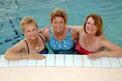 Hogere vrouwen in de pool Stock Foto's