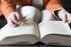 Hogere vrouwen die een boek lezen Stock Foto