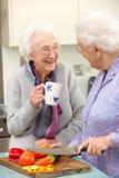 Hogere vrouwen die maaltijd samen voorbereiden Royalty-vrije Stock Afbeelding