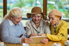 Hogere vrouwen met tablet stock afbeeldingen