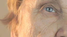 Hogere vrouwen openings en sluitende ogen stock footage