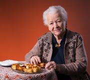 Hogere vrouwen proevende appeltaart Stock Foto's