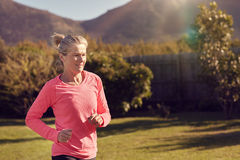 Hogere vrouwenatleet opleiding in openlucht in aard royalty-vrije stock foto